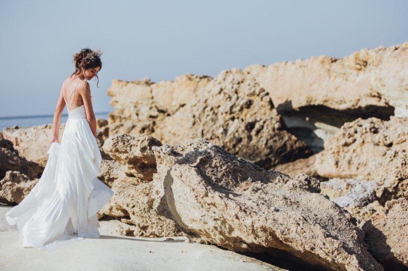 wunderschöne Braut am Strand von Zypern, mit Libelle Photographie