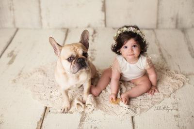 Baby mit Hund, eine Art der Geschwisteraufnahmen